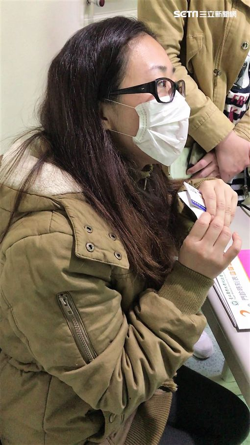 北醫收治的62歲傷者黃魏月秀,因右肩及左手腕骨折,仍在加護病房治療,她女兒表示母親很幸運逃過一劫(楊忠翰攝)