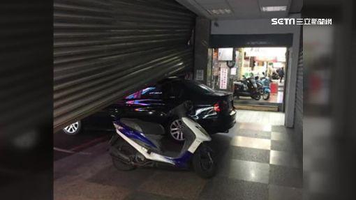 悲劇了!店員誤觸按鈕 鐵捲門重壓BMW