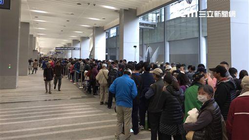機場捷運,機捷週四試乘日發2萬號碼牌,人潮洶湧。(圖/記者簡佑庭攝)