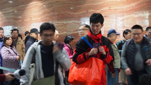 機場捷運開放民眾試乘,排隊人潮滿(圖/記者馮珮汶攝)