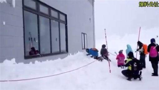 大人小孩日本玩雪狂砸房子玻璃/爆料公社