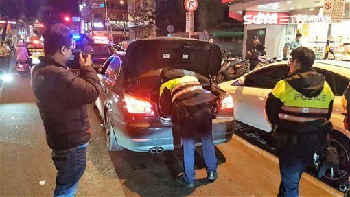廖男遭人強押上車,途中趁隙報案,大批警方出動找尋,卻發現他開著自己的車出現在林森北路(翻攝畫面)