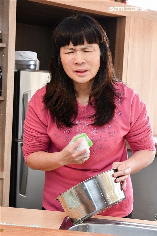 醫師王鶴健提醒,因家務等日常動作導致的不正常氣喘、咳嗽症狀,持續超過8周以上,應主動至胸腔內科進行肺部精密檢查。(圖/台灣胸腔暨重症加護醫學會提供)