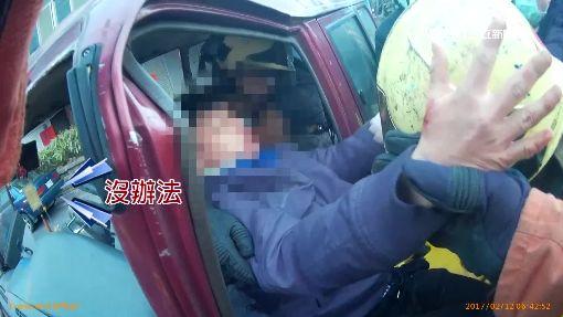 16歲少年偷開車兜風 失控撞分隔島骨折