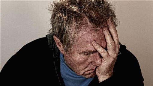 絕望,孤單,孤獨,職業倦怠,筋疲力盡,疲累,抑鬱症,頭痛(圖/Pixabay)