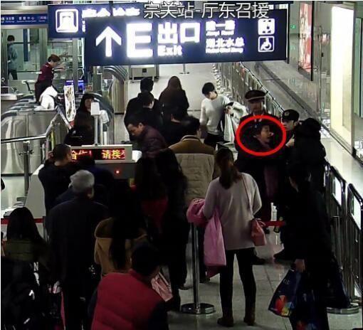 中國大陸,大媽,地鐵,安檢,插隊 圖/翻攝自新浪網