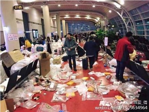 陸客亂丟免稅品包裝紙 南韓濟州島機場成垃圾場 圖/翻攝自微博