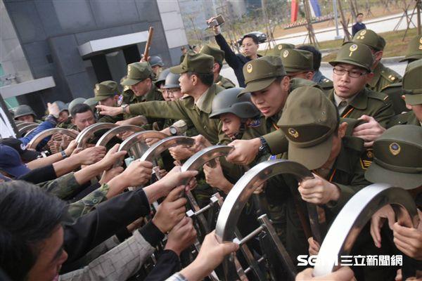 軍人包圍國防部,反年金改革,(圖/記者林敬旻攝影)