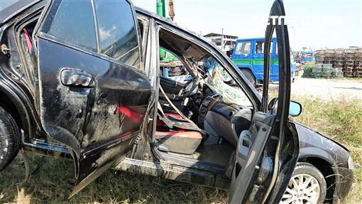 梁姓車主因一時尿急下車解放,卻忘拉手煞車導致車輛墜海,兩週後車輛漏油才被發現(翻攝畫面)