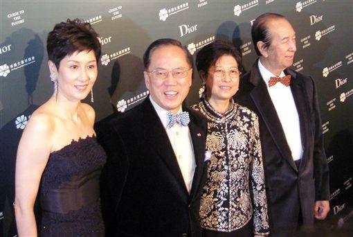 曾蔭權與夫人曾鮑笑薇等出席電影《魔幻羅盤》首映禮暨香港女童軍總會周年慈善晚宴。作者Stewart~惡龍-https://goo.gl/ibNNsC