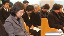 總統蔡英文(左)28日在義光教會,出席「義光長老教會二二八暨林家嬤孫追思禮拜」。/中央社