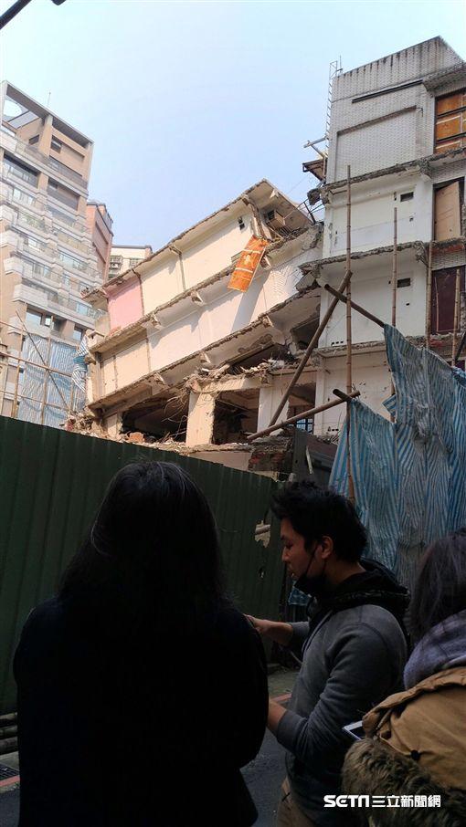 林洲民實際到長安西路看不同意都更戶遭建商拆除的房子 林洲民提供