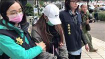 梁女在南港分局見到母親時,兩人相擁而泣,她表示自己不知如何面對家屬(楊忠翰攝)