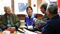 走進農村,薛呈懿坐下來聽老人說話,也讓他們學習聽年輕人的意見。