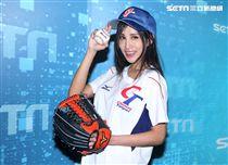 擁有F奶火辣身材的卓苡瑄Jessie穿著中華啦啦隊服,為WBC經典賽中華健兒加油。(記者邱榮吉/攝影)