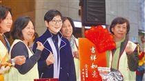 中視慈善愛心基金會董事長胡雪珠(左三)關懷獨居老人。(圖/翻攝自中視慈善愛心基金會官網)