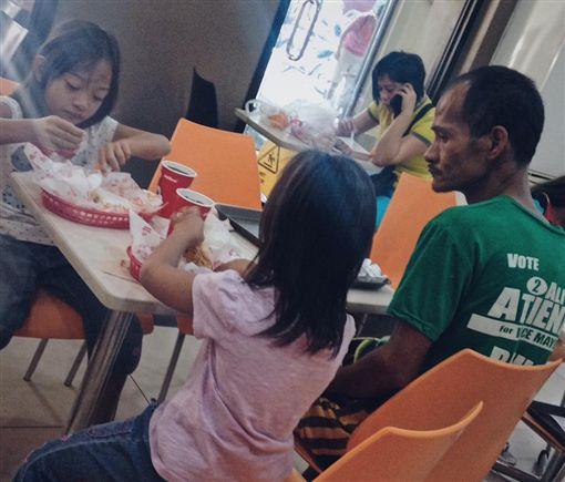 菲律賓,速食,父愛,感人圖/翻攝自Jhunnel Sarajan臉書