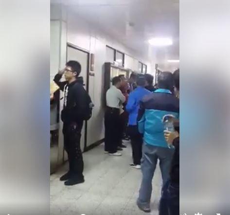 失控的爸爸在考場外喧嘩圖翻攝自爆料公社https://www.facebook.com/162608724089621/videos/446753429008481/