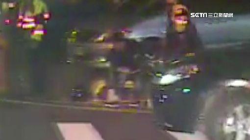 轎車沿路闖紅燈 害騎士路口慘摔倒地