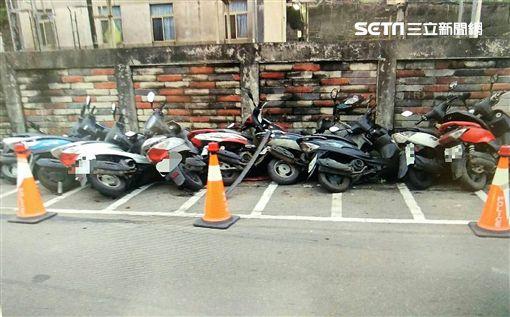 林男開BMW轎車遭警盤查加速逃逸,卻不慎失控撞上山壁,他只好棄車翻越圍牆逃離現場(翻攝畫面)