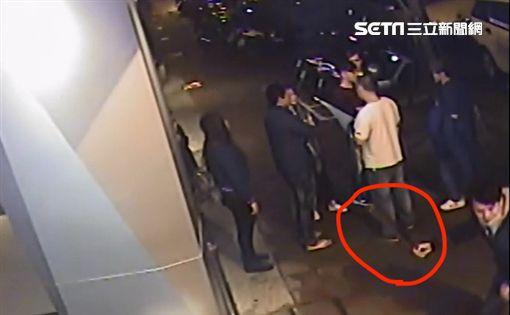 兇嫌持刀奔向被害人準備砍殺。