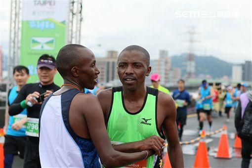 ▲兩位來自肯亞選手Muteti Lukas Wambua與 Morris Wambua包辦金銀牌,兩位菁英選手在終點出擁抱。(圖/國道馬拉松提供)