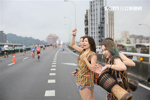 ▲民俗風打扮的啦啦隊現身國道,為2017台北國道馬拉松選手們加油。(圖/國道馬拉松提供)