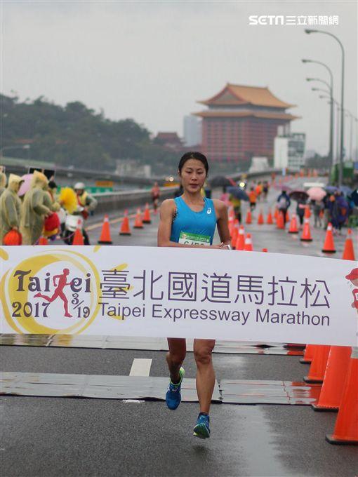 ▲國內女子半馬好手傅淑萍負傷登場,首次參加台北國道馬拉松就拿下半程馬拉松女子組冠軍。(圖/國道馬拉松提供)