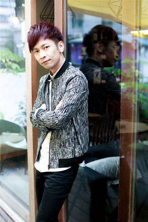 張智成推出新專輯《18》。(圖/中央社)