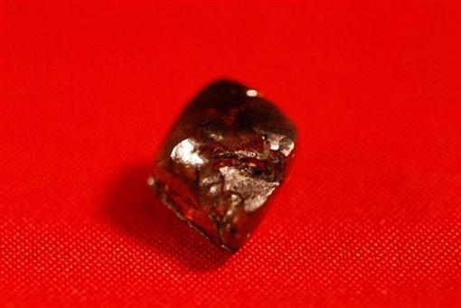 美國少年在公園撿到鑽石。圖取自鑽石坑州立公園