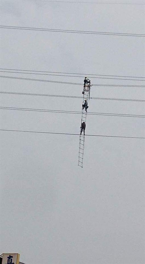台電人員施工更換電線零件。(圖/翻攝自爆料公社臉書)