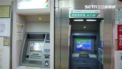 詐騙最後階段,歹徒會誘使被害人到提款機前操作匯款。