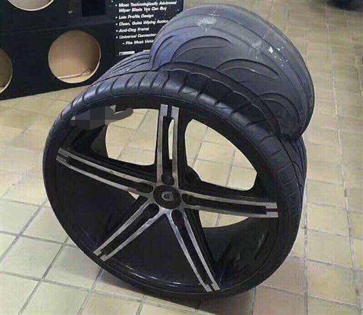 網友Po上造型奇特輪胎。(圖片翻攝自爆料公社)