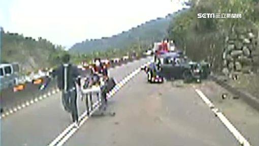 酒駕撞樹 悚!車被撞成兩截2人死亡