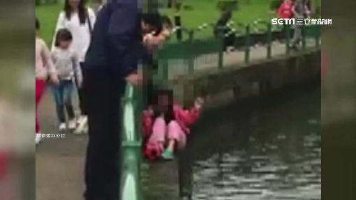 險!手叉腋下 母抱女童懸湖面撿球