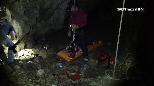 爬柴山鑽洞探險 男摔10米深谷骨折困1天