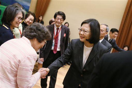 蔡英文總統今(20)日上午接見「在日台灣同鄉會」等日本僑會領袖。(總統府提供)