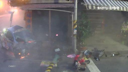 酒駕衝撞電桿起火 婦人路過遭波及