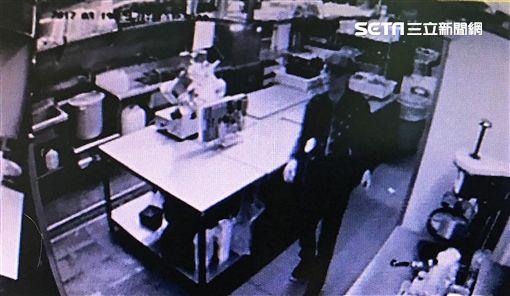 慣竊施水金上週潛入謝麗金酒吧竊走2萬5千多元後,遭到警方循線逮捕,他事後獲得交保並限制住居,施嫌仍不知悔改,再次犯案後遭到逮捕(翻攝畫面)