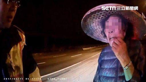 八旬曾姓老婦揹著回收物品誤闖國道路肩,警方發現後將她帶回警局安置,並通知家屬將人帶回(翻攝畫面)