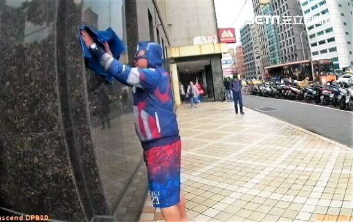 謝男身穿美國隊長在林務局大樓吵鬧,還拿衣服擦拭外牆,警勸阻不聽,他竟開始脫衣服,最後遭所長用大外割制服(翻攝畫面)