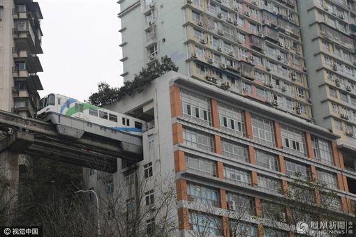 中國大陸,重慶,輕軌,高樓大廈,穿越圖/翻攝自文匯快訊