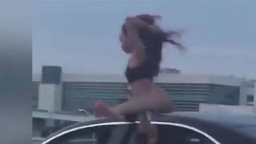 辣妹高速公路上大秀電臀(圖/翻攝自Cool Video Bro YouTube)
