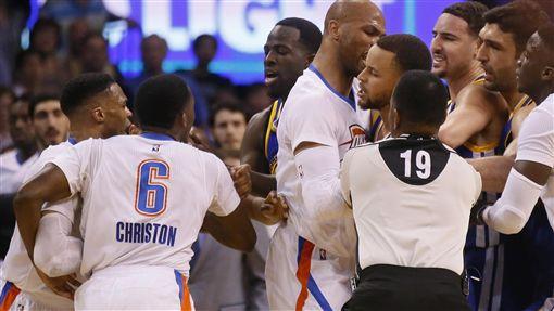 Stephen Curry和Russell Westbrook衝突(ap)