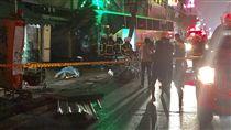 中壢客運公車22日晚間失控撞進早餐店及檳榔攤,1名女性騎士受困車底,警消搶救,但已呈OHCA(到院前心肺功能停止)。圖為警消趕赴現場救援情形。(中央社)