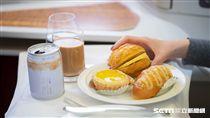 國泰港龍機上餐點,菠蘿包,酥皮蛋塔,港式奶茶。(圖/國泰港龍提供)