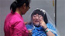 19歲女孩蔡慧婷(右)血癌末期患者,3歲起與阿嬤相依為命的她上個月病情急轉直下,在病榻相伴的男友也跑了,醫護人員24日為她穿著禮服圓夢,令她當場淚灑醫院。(中央社)