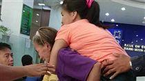 菲律賓,母愛,癱瘓女兒,Julieta,親情,Mary Jane Lorenzo,輪椅,政府補助 圖/翻攝自網友臉書https://goo.gl/ADScSc