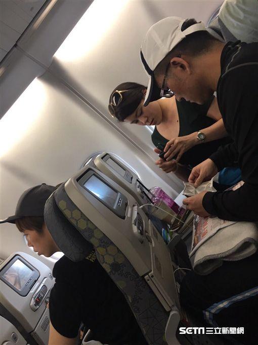 童仲彥與女性友人搭飛機出國