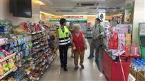 員警在便利商店內遇到廖婦。(圖/警方提供)